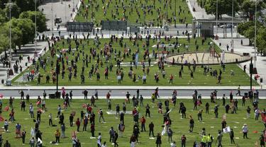 Serikat pekerja menerapkan jaga jarak dan mengenakan masker saat memperingati Hari Buruh di tengah pandemi COVID-19 di Lisbon, Portugal, Jumat (1/5/2020). Delegasi serikat pekerja memperingati Hari Buruh dengan persetujuan Kementerian Kesehatan dan Dalam Negeri Portugal. (AP Photo/Armando Franca)