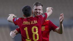 Striker Spanyol, Dani Olmo (belakang) merayakan gol yang dicetaknya ke gawang Kosovo bersama Jordi Alba dalam laga lanjutan Kualifikasi Piala Dunia 2022 Zona Eropa Grup B di La Cartuja Stadium, Sevilla, Rabu (31/3/2021). Spanyol menang 3-1 atas Kosovo. (AP/Miguel Angel Morenatti)
