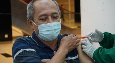 Pemberian Vaksinasi Dosis Pertama di Bandara City Mall