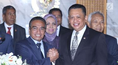 Ketua DPR RI, Bambang Soesatyo (kanan depan) bersalaman dengan Presiden Timor Leste Francisco Guterres Lu Olo usai pertemuan di Gedung MPR/DPR RI, Jakarta, Jumat (29/6). Pertemuan untuk meningkatkan hubungan baik. (Liputan6.com/Helmi Fithriansyah)
