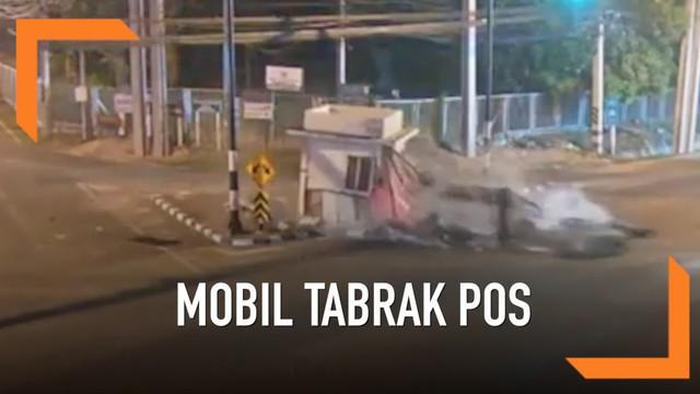 Seorang pengemudi melaju kencang dan kehilangan kendali di persimpangan Chiang Mai, Thailand Utara. Akibatnya, mobil yang dikendarainya menabrak sebuah pos polisi di jalan. Diduga, pengemudi kehilangan kendali karena mabuk dan tertidur di belakang se...