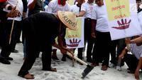 Petani tebu melakukan aksi mencangkul gula rafinasi yang disebar saat unjuk rasa di depan Istana Merdeka, Jakarta, Senin (28/8). Ribaun petani tebu menuntut adanya kebijakan pemerintah terkait produksi gula yang pro petani gula (Liputan6.com/Angga Yuniar)