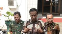 Presiden Joko Widodo  didampingi Menteri Sekretaris Negara, Pratikno, menjenguk Presiden Republik Indonesia ke-3 Bacharuddin Jusuf Habibie. Habibie diketahui sejak Jumat kemarin dirawat di RSPAD Gatot Subroto, Jakarta. (Foto/Biro Pers Istana)