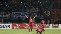 Pemain Persija Jakarta merayakan kemenangan saat melawang Tira Persikabo pada laga Shopee Liga 1 di Stadion Patriot Chandrabhaga, Bekasi, Minggu (3/11). Persija menang 2-0 atas Tira Persikabo. (Bola.com/Yoppy Renato)