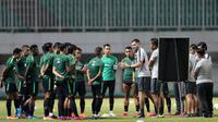 Pelatih Timnas Indonesia, Simon McMenemy, memberikan arahan kepada anak asuhnya saat sesi latihan di Stadion Pakansari, Bogor, Kamis (22/8). Latihan tersebut untuk persiapan jelang laga kualifikasi Piala Dunia 2022. (Bola.com/M Iqbal Ichsan)