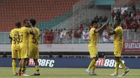 Pemain Semen Padang usai pertandingan menghadapi Tira Persikabo pada laga Shopee Liga 1 di Pakansari, Bogor, Jumat (27/9). Tira Persikabo bermain imbang 1-1 atas Semen Padang. (Bola.com/Yoppy Renato)