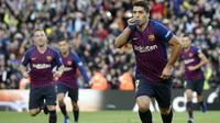 Striker Barcelona, Luis Suarez, merayakan gol yang dicetaknya ke gawang Real Madrid pada laga La Liga Spanyol di Stadion Camp Nou, Barcelona, Minggu (28/10). Barcelona menang 5-1 atas Madrid. (AFP/Josep Lago)