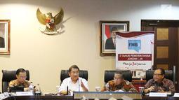 Menkominfo Rudiantara (kedua kiri) menyampaikan keterangan di Gedung Bina Graha, Jakarta, Selasa (17/10). Acara ini memaparkan pencapaian selama tiga tahun pemerintahan Jokowi-JK.  (Liputan6.com/Angga Yuniar)
