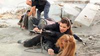 Melalui trailer baru Barely Lethal, terlihat aktris remaja Hailee Steinfeld berkali-kali melakukan adegan laga yang cukup ambisius.