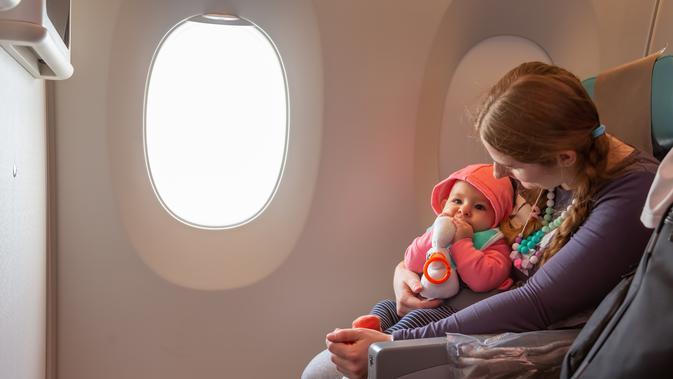 Hasil gambar untuk naik pesawat dengan bayi animasi
