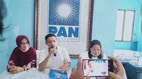 Utusan tim dari Ratu Munawaroh usai mengambil formulir di Kantor PAN Jambi, Senin (15/6/2020). Ratu Munawaroh ikut kontestasi Pilgub Jambi dengan mendaftar lewat partai PAN. (Liputan6.com / Gresi Plasmanto)
