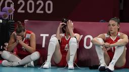 Reaksi para pemain Turki setelah timnya kalah dari Korea Selatan dalam pertandingan perempat final bola voli putri di Olimpiade Musim Panas 2020 di Tokyo, Jepang, Rabu (4/8/2021). Turki kalah 2-3 (25-17, 17-25, 26-28, 25-18, 13-15) atas Korea Selatan. (AP Photo/Frank Augstein)