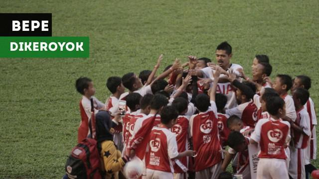 Bambang Pamungkas dan Andritany Ardhiyasa dihampiri puluhan anak kecil demi bersalaman dengan pemain Persija tersebut.