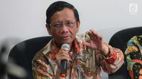 Anggota Dewan BPIP Mahfud MD memberikan keterangan kepada sejumlah media di Jakarta, Kamis (31/5). Mahfud menjelaskan ia dan jajarannya hanya mendapatkan gaji pokok Rp 5 juta. (Liputan6.com/Angga Yuniar)
