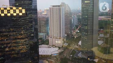 Suasana gedung perkantoran terlihat dari kawasan Senayan, Jakarta, Kamis (16/1/2020).Colliers International Indonesia memperkirakan pasar gedung perkantoran masih akan tertekan di tahun ini, penyebabnya ketidakseimbangan antara pasokan dengan permintaan. (Liputan6.com/Immanuel Antonius)