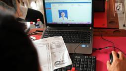 Petugas memasukan data seorang siswa saat membuat Kartu Identitas Anak (KIA) di SD Negeri 01 Sawah Baru, Ciputat, Jumat (27/4). KIA diberikan kepada anak-anak yang berusia dibawah 17 tahun. (Merdeka.com/Arie Basuki)