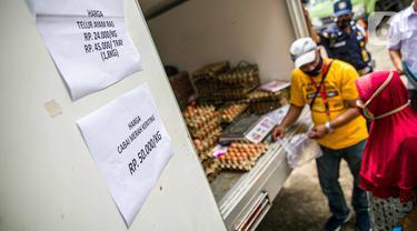 Petugas melayani pembeli saat Gelar Pangan Murah (GPM) di Pasar Cipete, Jakarta, Selasa (29/12/2020). Gelar Pangan Murah (GPM) tersebut dilaksanakan oleh Kementerian Pertanian bekerja sama dengan Dinas Ketahanan Pangan, Kelautan dan Perikanan (DKPKP) DKI Jakarta. (Liputan6.com/Faizal Fanani)