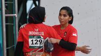 Rajiah Salsabillah (kanan) menjadi salah satu atlet panjat tebing putri Indonesia yang merebut emas Asian Games 2018 pada nomor speed relay ( ANTARA FOTO/INASGOC/Hendra Nurdiyansyah/nym/18)