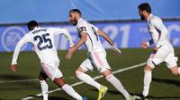 Penyerang Real Madrid, Karim Benzema (tengah), berlari merayakan gol kemenangan yang dicetaknya ke gawang Elche dalam lanjutan Liga Spanyol, Sabtu (13/3/2021) malam WIB. (AP Photo/Bernat Armangue)