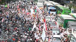 Ribuan demonstran berjalan menuju Balai Kota, Jakarta, Jumat (4/11). Mereka akan melakukan unjuk rasa terkait dugaan penistaan agama yang dilakukan Basuki Tjahaja Purnama (Ahok). (Liputan6.com/Faizal Fanani)