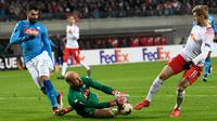 Kiper Napoli, Pepe Reina berusaha menangkap bola tendangan pemain RB Leipzig, Timo Werner saat bertanding pada laga leg kedua 32 besar Liga Europa di Red Bull Arena, (22/2). Napoli tersingkir karena kalah agresivitas gol tandang. (AP Photo / Jens Meyer)