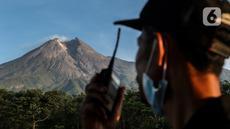 Petugas dari komunitas Siaga Merapi memantau aktivitas gunung merapi dari Lapangan Stiper, Glagaharjo, Cangkringan, Sleman, Kamis (19/11/2020). Status Gunung Merapi sudah dinaikkan pada 5 November 2020 lalu dari waspada level II menjadi siaga level III. (Liputan6.com/Johan Tallo)