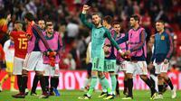 Kiper Spanyol, David De Gea, bersama rekan-rekannya merayakan kemenangan atas Inggris pada laga UEFA Nation League di Stadion Wembley, London, Sabtu (8/9/2018). Inggris kalah 1-2 dari Spanyol. (AFP/Glyn Kirk)