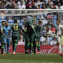 Para pemain Real Betis merayakan gol ke gawang Real Madrid pada laga pamungkas Liga Spanyol 2018-19 di Santiago Bernabeu, Minggu (19/5/2019). Real Betis menang 2-0. (AP Photo/Bernat Armangue)