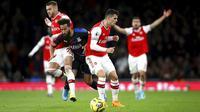 Pemain Arsenal, Calum Chambers dan Granit Xhaka menghadang pemain Crystal Palace, Andros Townsend, pada laga Premier League 2019 di Stadion Emirates, Minggu 927/10). Kedua tim bermain imbang 2-2. (AP/Leila Coker)
