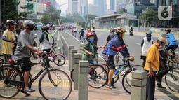 Warga beraktivitas menggunakan sepeda di kawasan Bundaran HI, Jakarta Pusat, Minggu (8/11/2020). Wagub DKI Jakarta Ahmad Riza Patria mengatakan, pihaknya kembali memberlakukan PSBB transisi karena kasus COVID-19 pada masa transisi dua belakangan ini semakin membaik. (Liputan6.com/Faizal Fanani)