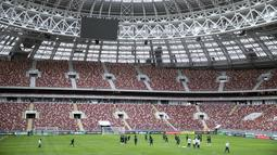 Timnas Brasil saat menguji lapangan Stadion Olimpiyskiy Luzhniki, Moskva, Rusia, (22/3/2018). Brasil akan melawan Rusia pada laga uji coba 23 Maret. (AP/Pavel Golovkin)
