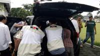 Sejumlah petugas KPK tengah membawa sejumlah berkas dari kantor Walikota Tasikmalaya, setelah melakukan penggeledahan, April lalu. (Liputan6.com/Jayadi Supriadin)