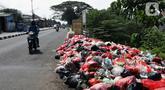 Tumpukan sampah menumpuk didekat Pasar Induk Cikema, Jalan Raya Bogor, Kabupaten Bogor, Senin (1/6/2020). Minimnya lokasi penampungan sampah semenatara dan kesadaran warga untuk membuang sampah pada tempatnya menjadikan area ini kerap dipenuhi timbunan sampah. (Liputan6.com/Helmi Fihtriansyah)