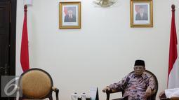 Sekjen ICIS, KH Hasyim Muzadi menunggu Wakil Presiden Jusuf Kalla di Kantor Wakil Presiden, Jakarta, Senin (26/10/2015). Pertemuan membahas rencana Konvensi Islam Internasional di Malang dengan fokus perdamaian di Indonesia. (Liputan6.com/Faizal Fanani)