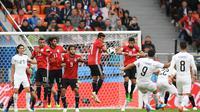 Aksi bomber Timnas Uruguay, Luis Suarez di pertandingan Grup A Piala Dunia 2018 menghadapi Mesir, Jumat (15/6/2018).