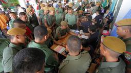 Ratusan masyarakat dan prajurit TNI Kodam jaya sedang mendonorkan darahnya di Tangerang Selatan, Banten, Minggu (21/8). Kegiatan tersebut dalam rangka HUT Pembangunan Jaya ke 55. (Liputan6.com)