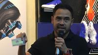 General Manager APPI, Ponaryo Astaman, saat memperlihatkan kartu anggota APPI yang didukung Fisik Football. (Bola.com/Benediktus Gerendo Pradigdo)