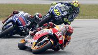 Marc Marquez dibayangi oleh Jorge Lorenzo dan Valentino Rossi di MotoGP Malaysia 2015 yang digelar di Sirkuit Sepang, Malaysia, Minggu (25/10/2015). (Reuters/Olivia Harris)