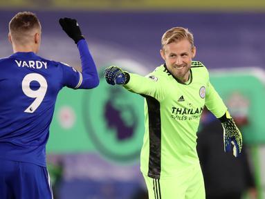 Kiper Leicester City, Kasper Schmeichel (kanan) dan striker Jamie Vardy bersalaman menjelang dimulainya laga lanjutan Liga Inggris 2020/21 pekan ke-18 melawan Southampton di King Power Stadium, Sabtu (16/1/2021). Leicester City menang 2-0 atas Southampton. (AFP/Alex pantling/Pool)