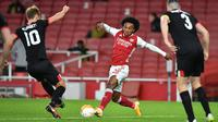 Gelandang Arsenal, Willian, berusaha melewati pemain Dundalk pada laga lanjutan Liga Europa 2020/2021 di Emirates Stadium, Jumat (30/10/2020) dini hari WIB. Arsenal menang 3-0 atas Dundalk. (AFP/Glyn Kirk)