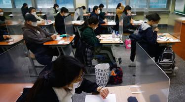 Para siswa menunggu dimulainya ujian masuk perguruan tinggi di Seoul, Korea Selatan, Kamis (3/12/2020). Di tengah pandemi COVID-19, pejabat Korea Selatan mendesak orang untuk tetap di rumah karena sekitar setengah juta siswa mempersiapkan ujian masuk perguruan tinggi. (Kim Hong-Ji/Pool Photo via AP)