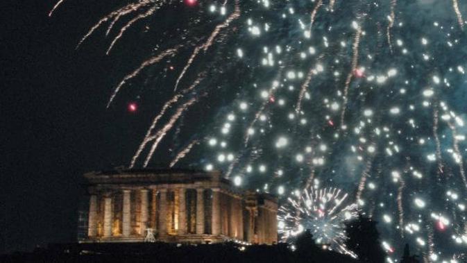 Kembang api malam tahun baru 2019 di Acropolis, Athena (AFP PHOTO)