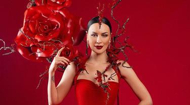 5 Gaya Pemotretan Sophia Latjuba Bertema 'Queen of Roses', Banjir Pujian