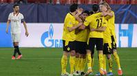 Pemain Borussia Dortmund merayakan gol ke gawang Sevilla kala kedua tim bertemu di leg pertama 16 besar Liga Champions yang digelar di Estadio Ramon Sanchez Pizjuan, Kamis (18/2/2021) dini hari WIB. (CRISTINA QUICLER / AFP)