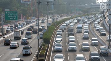 Sejumlah kendaraan melintasi ruas tol dalam kota arah Cawang, Jakarta, Sabtu (9/6). H-6 Hari Raya Idul Fitri 1439 H, ruas tol dalam kota Jakarta masih terlihat padat. (Liputan6.com/Helmi Fithriansyah)