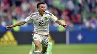 Striker Meksiko, Hirving Lozano, melakukan selebrasi usai mencetak gol ke gawang Rusia pada laga Grup A Piala Konfederasi 2017 di Kazan Arena, Kazan, Sabtu (24/6/2017). Rusia kalah 1-2 dari Meksiko. (AP/Martin Meissner)