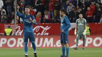 Kapten Real Madrid, Sergio Ramos, mencetak gol bunuh diri saat takluk dari Sevilla di Estadio Ramon Sanchez Pizjuan, Kamis (10/5/2018). (AP Photo/Miguel Morenatti)