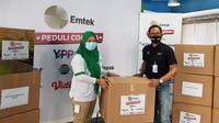 EMTEK Peduli Corona melalui YPP secara simbolis menyerahkan bantuan APD kepada humas RS Kartika Husada di Bekas sebagai rumah sakit rujukan, Jumat (24/7/2020)