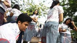 Aksi corat-coret ini dilakukan setelah mendapat pengumuman kelulusan di Jakarta, Selasa (20/5/2014) (Liputan6.com/Faizal Fanani)