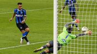 Lautaro Martinez mencetak gol kedua Inter Milan saat menghadapi Sampdoria dalam lanjutan Liga Italia di Stadion Giuseppe Meazza, Senin (22/6/2020) dini hari WIB. (AP Foto / Antonio Calanni)